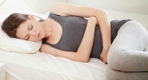 Đau bụng kinh là tình trạng chị em thường gặp phải.