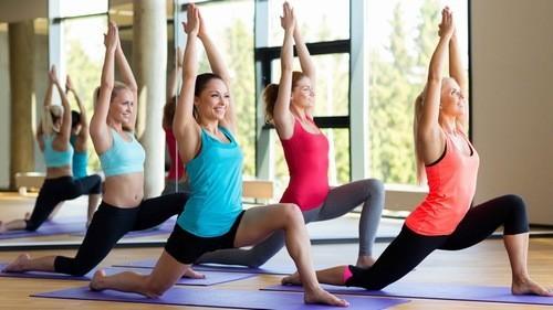 1. Tham gia một lớp yoga
