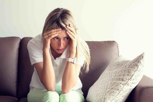 Nghén xuất hiện khoảng cuối tháng đầu tiên đi kèm với mệt mỏi, rối loạn giấc ngủ, kém ăn.