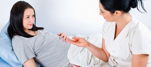 Mẹ bầu bị sốt xuất huyết cần đến bệnh viện sớm để được thăm khám và theo dõi điều trị