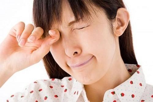 Mọi người cần tạo thói quen vệ sinh sạch sẽ cho mắt, chỉ dùng nước sạch, khăn sạch để vệ sinh mắt
