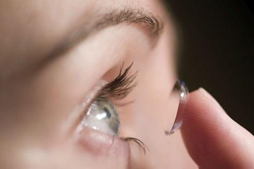 Việc dùng kính áp tròng nhưng không tuân thủ các nguyên tắc vệ sinh cũng có thể khiến cho giác mạc bị tổn thương