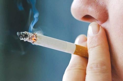 Những người thường xuyên hút thuốc lá, nghiện bia rượu… là đối tượng dễ mắc ung thư vòm họng.