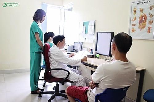 Bác sĩ Nguyễn Văn Quýnh trực tiếp thăm khám và điều trị huyết áp dao động hiệu quả