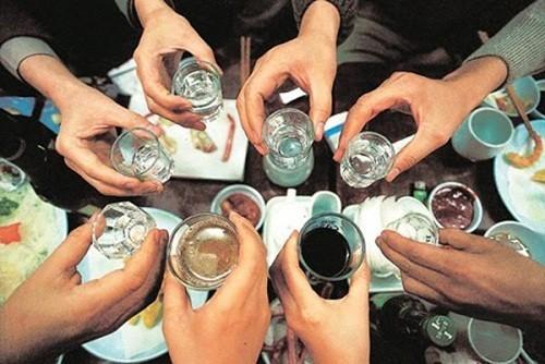 Việc lạm dụng các đồ uống chứa cồn như rượu bia sẽ gây ảnh hưởng không tốt tới dạ dày, làm tăng nguy cơ mắc bệnh