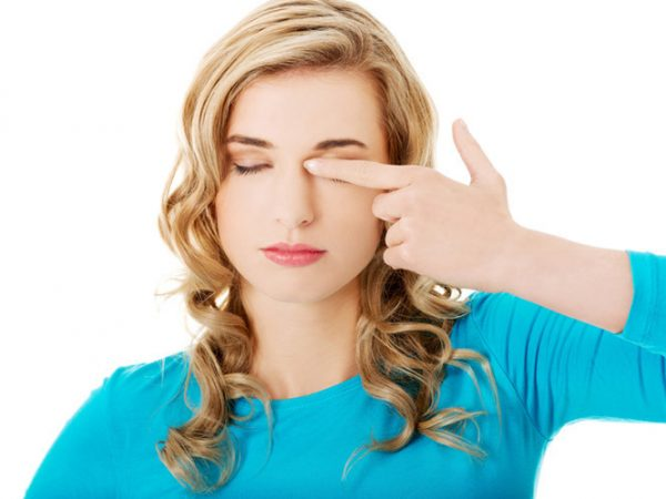 Sạn vôi ở mắt là tình trạng gây nhiều khó chịu cho bệnh nhân.