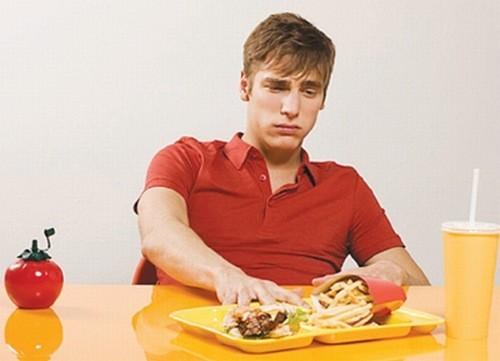 Người bệnh viêm gan do rượu thường chán ăn, khó tiêu, trướng bụng