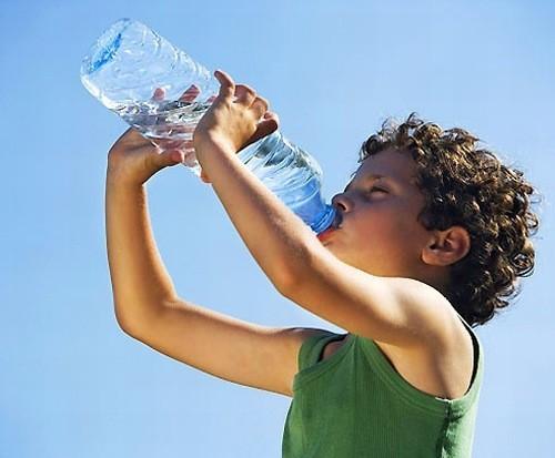 Khát nhiều tiểu nhiều là triệu chứng trẻ mắc đái tháo đường