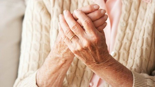 Bệnh gây mất cảm giác hoặc khó khăn khi cảm nhận sự nóng lạnh, đau.