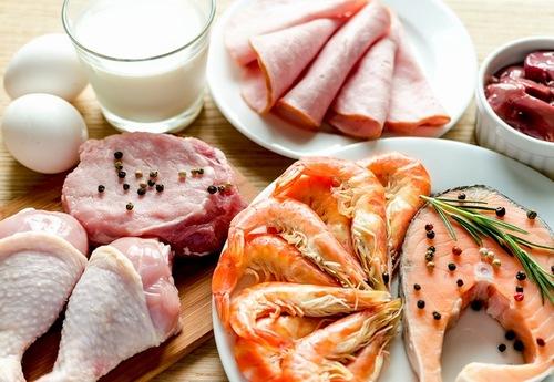Người bệnh ung thư dạ dày cần phải đảm bảo đầy đủ các chất dinh dưỡng cần thiết cho sức khỏe như thịt, cá, trứng, sữa...