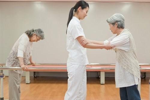 Người bị liệt nửa người cần được điều trị phục hồi