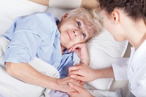 Biến chứng vì hóa trị ung thư có thể gặp phải là tê bì chân tay, mệt mỏi, suy nhược cơ thể...