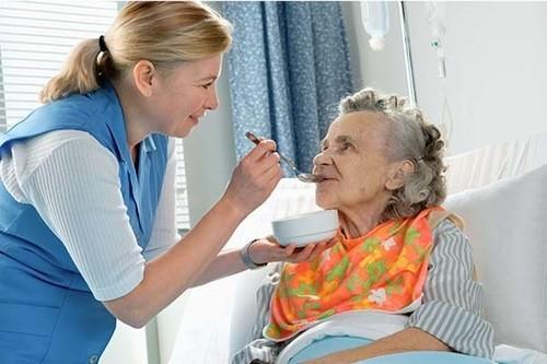 Người bệnh trong khi điều trị hóa trị cần chú ý nghỉ ngơi và ăn uống đầy đủ dinh dưỡng