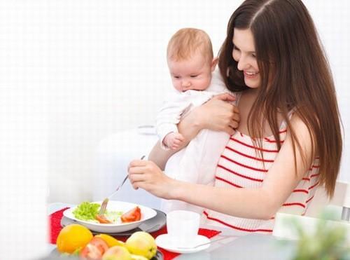 Mẹ cần chú ý bổ sung dinh dưỡng đầy đủ khi cho bé bú