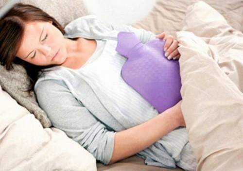 Giữ ấm cơ thể kỳ nguyệt san sẽ giúp thúc đẩy lưu thông máu, thư giãn cơ bắp.