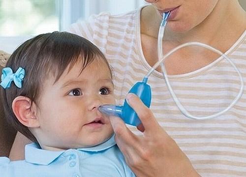 Hút mũi trị nghẹt mũi cho trẻ