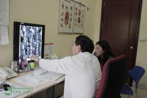 Khách hàng được khám và điều trị bệnh đau nửa đầu với các bác sĩ giỏi, có nhiều năm kinh nghiệm tại bệnh viện Thu Cúc.