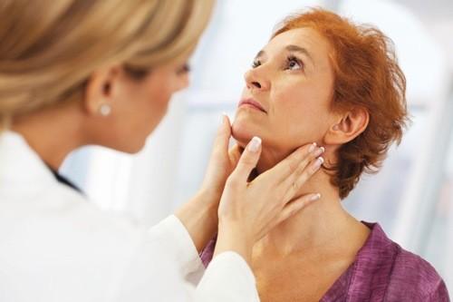 Qua thăm khám lâm sàng và hỏi tiền sử bệnh, bác sĩ sẽ giúp chẩn đoán ung thư tuyến nước bọt