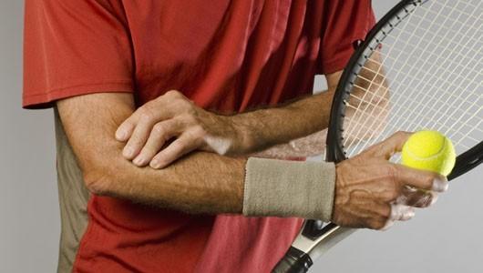 Các biểu hiện của hội chứng khuỷu tay quần vợt phát triển dần dần.