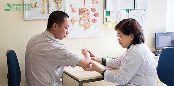 Bác sĩ giỏi của bệnh viện Thu Cúc trực tiếp thăm khám, tư vấn và xây dựng phác đồ điều trị phù hợp cho bệnh nhân