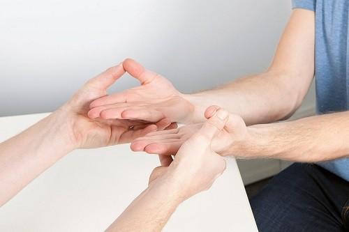 đau đầu ngón tay