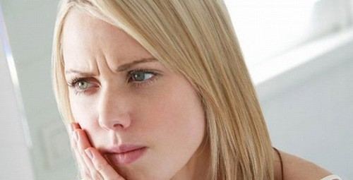 Người bệnh ung thư khoang miệng sẽ thấy xuất hiện các triệu chứng như vết loét lâu lành trong miệng hoặc chảy máu bất thường trong khoang miệng
