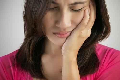 Người bệnh bị ung thư tuyến nước bọt sẽ cảm thấy đau trong khoang miệng, khó nuốt...