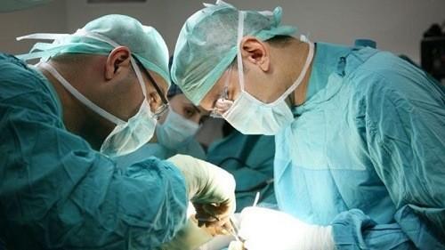 Phẫu thuật là phương pháp điều trị chính trong những trường hợp ung thư vòm họng giai đoạn đầu. Phẫu thuật còn có thể loại bỏ các hạch di căn ở vùng cổ giai đoạn còn khu trú.