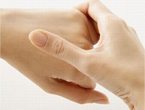 Người bệnh thường cảm thất đau nóng, tê các ngón tay.