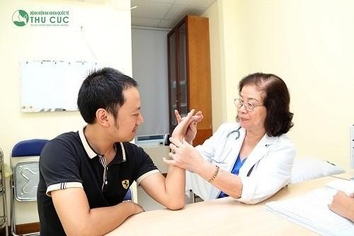 Tại Bệnh viện Thu Cúc, người bệnh được điều trị bởi đội ngũ bác sĩ có trình độ chuyên môn cao như bác sĩ chuyên khoa II Nguyễn Thị Kim Loan với gần 40 năm kinh nghiệm khám chữa bệnh cơ xương khớp