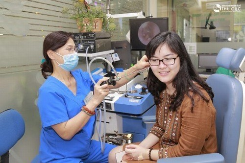 Bác sĩ Nguyễn Thị Thu Yến trực tiếp thăm khám và điều trị bệnh lý tai mũi họng cho khách hàng