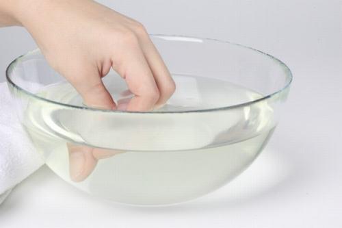 Ngâm nước ấm giúp cải thiện tình trạng viêm gân gấp, gân duỗi