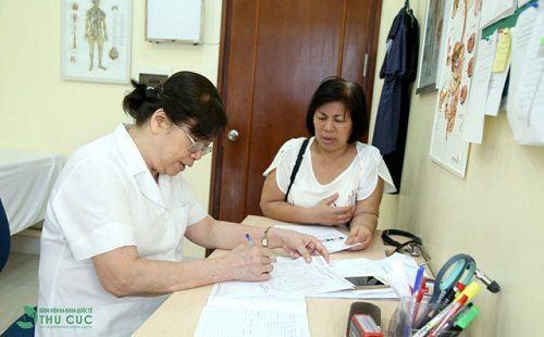 Bác sĩ chuyên khoa II Nguyễn Thị Kim Loan thực hiện thăm khám thoái hóa cột sống thắt lưng (ảnh minh họa)