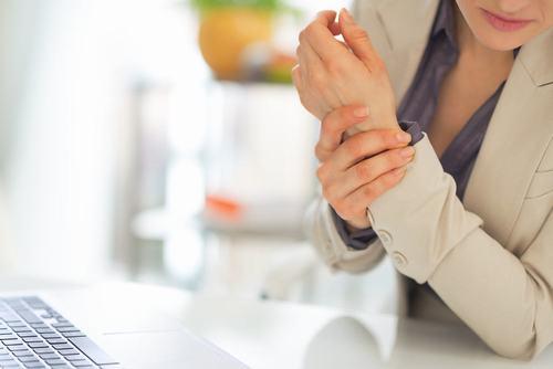 Viêm khớp nhiễm khuẩn nếu không điều trị kịp thời có thể phá hủy khớp, làm dính khớp thậm chí gây tử vong cho người bệnh
