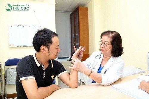 Bác sĩ thực hiện thăm khám lâm sàng