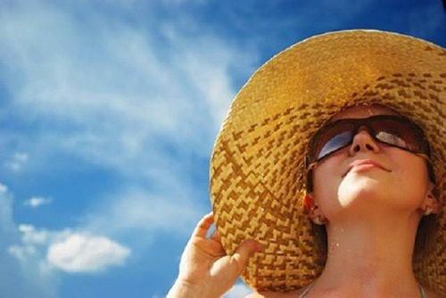 Cần bảo vệ mắt bằng cách đeo kính râm hoặc đội mũ khi ra nắng sẽ giúp phòng tránh tác động của tia UV, ngăn ngừa ung thư mắt hiệu quả