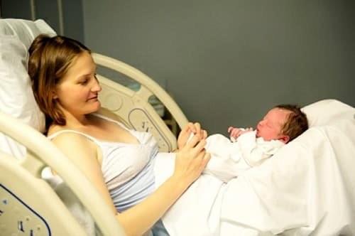 Quá trình sản dịch gây ra một số bất tiện trong sinh hoạt, khiến mẹ luôn băn khoăn sau sinh sản dịch ra bao lâu thì hết?