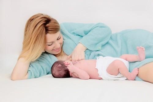 Sau sinh, mẹ cần trải qua giai đoạn phục hồi, giúp vết mổ lên da non và cổ tử cung trở lại trạng thái bình thường.