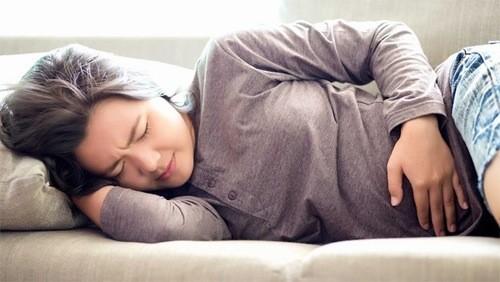 Khi thấy có những dấu hiệu bất thường của thai kỳ, cần đi khám ngay để kịp thời xử trí.
