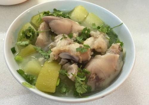 Móng giò nấu đu đủ xanh là một món ăn nhiều dưỡng chất cho mẹ sau sinh.