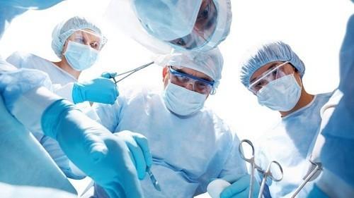 Phẫu thuật thường được bác sĩ chỉ định điều trị trong trường hợp ung thư dạ dày giai đoạn đầu