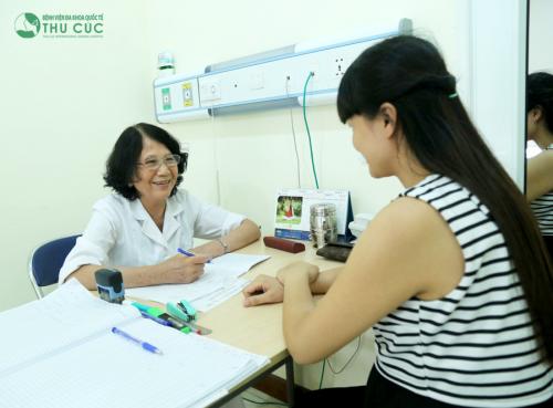 Ngay khi thấy có dấu hiệu bất thường, mẹ bầu nên đi kiểm tra thăm khám tình trạng. Khi được bác sĩ chỉ định điều trị, cần tuyệt đối tuân thủ đúng.