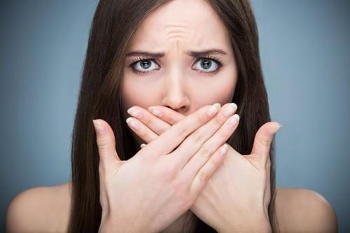 Hơi thở có mùi hôi có thể là dấu hiệu viêm tuyến nước bọt