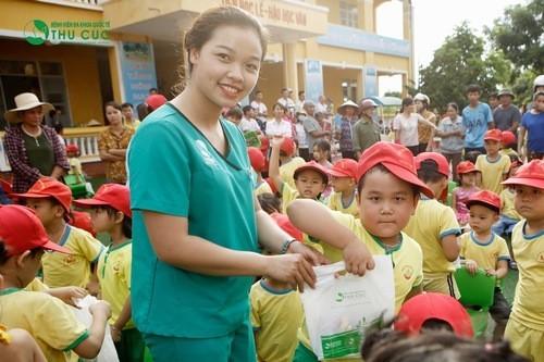 Các em nhỏ trường mầm non xã Minh Trí vui vẻ đón nhận những phần quà nhỏ