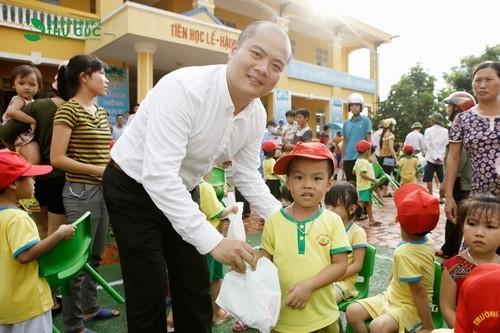 Ông Nguyễn Việt Dũng - PGĐ điều hành Bệnh viện Thu Cúc tặng quà cho các em nhỏ