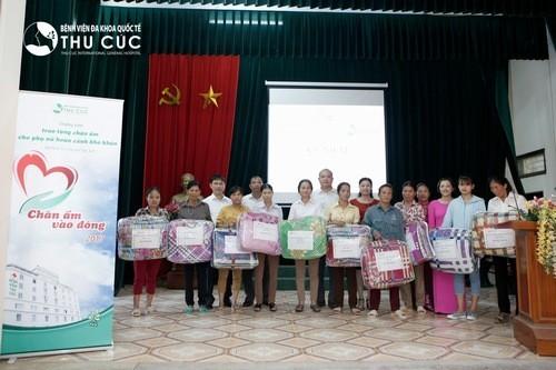 Bệnh viện Thu Cúc tặng quà cho các phụ nữ có hoàn cảnh khó khăn.