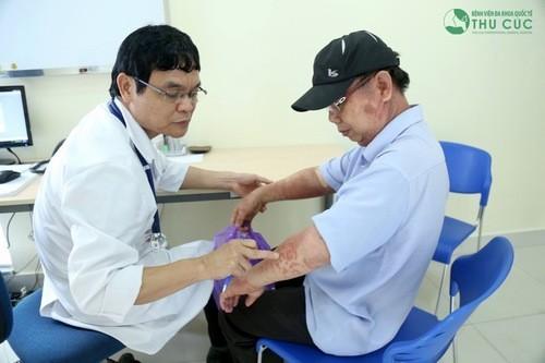 PGS. TS. Thầy thuốc nhân dân Nguyễn Xuân Thành trực tiếp thăm khám