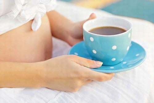 Hạn chế uống cà phê trong thai kỳ.