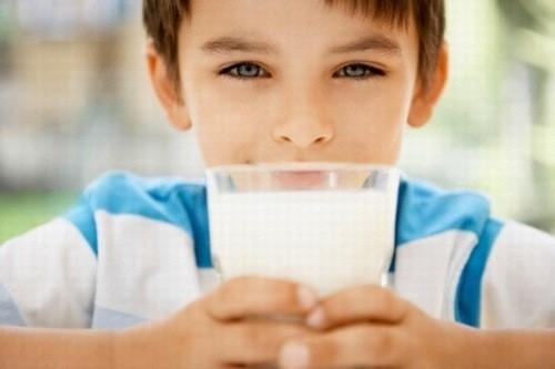 với trẻ dị ứng với men lactose trong sữa bò thì không nên cho trẻ uống sữa bò khi bị tiêu chảy.