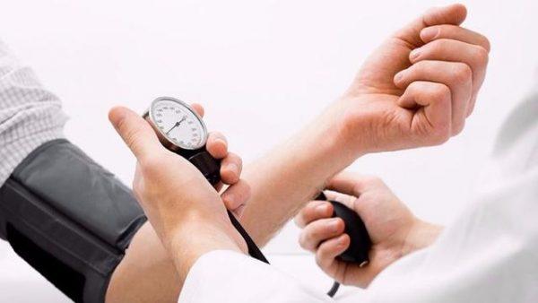Để theo dõi huyết áp, bạn nên đo huyết áp đều đặn vào cùng một thời điểm mỗi ngày